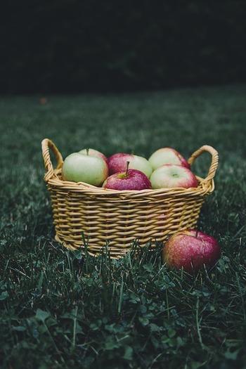 これから旬を迎えるりんごは、そのまま食べてもおいしいですが、気温が下がってくる季節には焼いてホットデザートにしてみてはいかがしょうか。火が通ることでりんごの甘さが増して、違う楽しみ方ができますよね♪