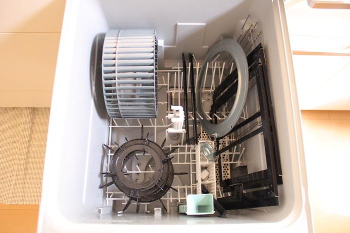 ちなみに、汚れがあまりひどくない場合は、換気扇のパーツやコンロの五徳などを食洗器で洗ってしまう方法も。これは汚れる前の掃除として、日頃から使いたいアイデアですね。洗ったあとの食洗器は、クエン酸できれいになるそうです。