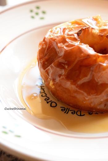 りんごの芯をくりぬいて、はちみつ、黒糖をふりかけたらそのままオーブンで焼き上げる大胆なレシピ。耐熱皿などにいれて、りんごの汁がこぼれないように気をつけてくださいね。