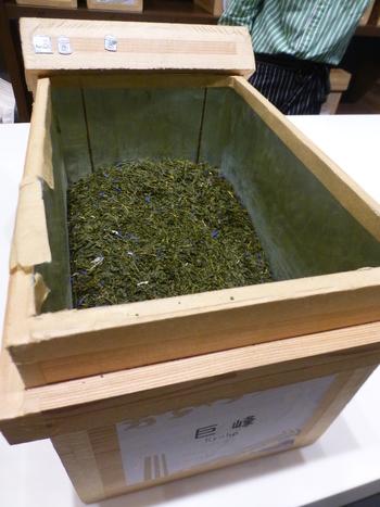 こちらは巨峰と緑茶のフレーバーティー。巨峰のエレガントで濃厚な香りを緑茶に合わせることで、すっきりとした味わいを楽しめます。深い緑色の茶葉に青いフレーバーがアクセントになっていて見た目にもキレイ。
