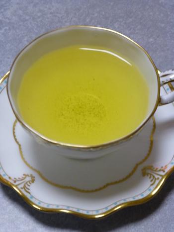 湯飲み茶碗はもちろん、ティーカップやマグカップも似合うおちゃらかの緑茶。先ほどの巨峰と緑茶のフレーバーティーを淹れると明るい緑色のお茶に♪クセのない味で、幅広い年代の方に人気なんですよ。