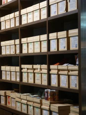 店内に入ると、お茶の香りに包まれます。果物、花、よもぎや昆布など日本独特の植物の香りを緑茶やほうじ茶につけたオリジナルフレーバーティーが全部で50種類以上もあるんです。ずらりと並んだ木箱のレトロな雰囲気がステキですね。