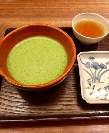 京都のお茶といえば、抹茶を思い浮かべる方も多いのでは?こちらの抹茶は、茶道をたしなむ方も納得の一杯がいただけると評判。苦味と香りのコントラストを楽しんでみてはいかがでしょうか?