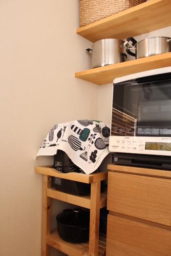たとえばジューサーやコーヒーメーカーなど、使う頻度の低いキッチン家電ってありますよね。布を掛けておくことで、いつの間にか溜まってしまうホコリを避けることができます。