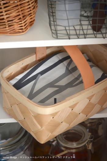 美しい木目のバスケットには、電子機器のケーブルを。ごちゃごちゃしがちなコード類も布をかければすっきりと収納できます。