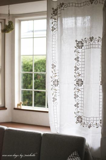 ノスタルジックな刺繍がかわいいニュアンス布は、カーテンのように窓辺に下げるだけで、印象的な空間に。ゆらゆらと窓辺で揺れる布が、どこか懐かしい気持ちを呼び起こしてくれます。