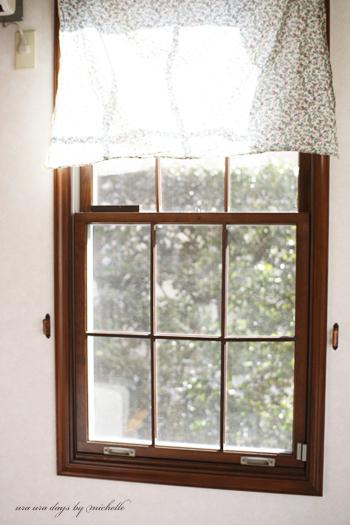 アンティークな小花柄の布は、こんな四角い格子窓にぴったり。外国の映画に出てくるような、憧れの窓辺の完成です。