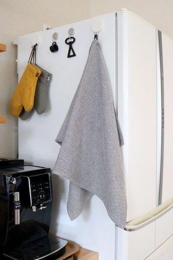 布を使わない時には、掛けておくだけでナチュラルなアクセントに。冷蔵庫の横などにこんなふうに掛ければ、必要な時にさっと使うことができるので便利。