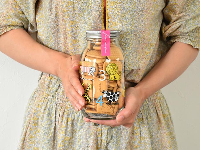 スウェーデンを代表する陶芸家、リサ・ラーソンデザインの瓶がかわいいと評判なのがこちら。中身はシンプルな味のビスケット。瓶がほしくて買ったという声も多い人気の可笑しなんですよ。北欧デザインが好きな方なら、ひとつはほしくなりますよね。