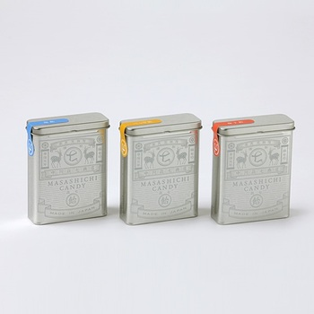 「政七飴缶」はブリキ缶に白で印刷されたレトロなパッケージ。中身はそれぞれ、塩飴・べっこう飴・梅干し飴が入っています。振るとカラカラと飴の音がするのも何だか懐かしいですね。  ちょうどカードが入るぐらいの大きさなので、名刺やメモ帳などをしまっておいてもよさそう。リビングやデスク周りにさりげなく置いておくのもおしゃれですよ。