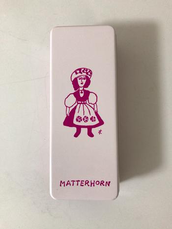 マッターホーンはバームクーヘンがおいしい老舗洋菓子店として知られていますが、パッケージの可愛さが魅力と人気なのがクッキー。  デザイナーの鈴木信太郎氏の絵画をコレクションしていたオーナーが、鈴木氏の絵をお店のシンボルにしたんだそう。白地にピンクで描かれた女の子がキュート。