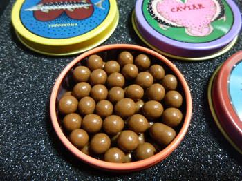 フランス産の最高級クーベルチュールチョコレートをキャビアに見立てて小さな粒にしているのも面白いですね。仕事の合間にぱくっとつまめる手軽さも女子の間で人気の理由。