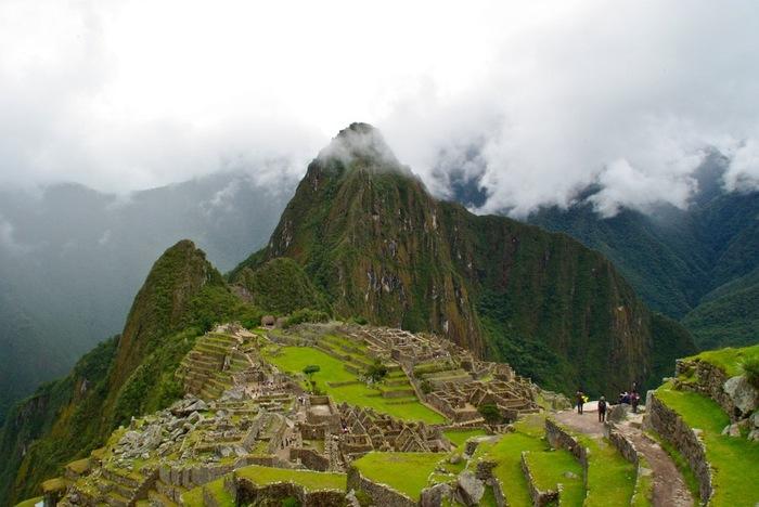 ペルーの標高約2,000メートルの山の尾根にある、古代インカ帝国の遺跡「マチュピチュ」。山すそからは遺跡の存在を確認できないことから「空中都市」とも呼ばれています。15世紀にこれほどの都市が建設されていただなんて、神秘的ですね。