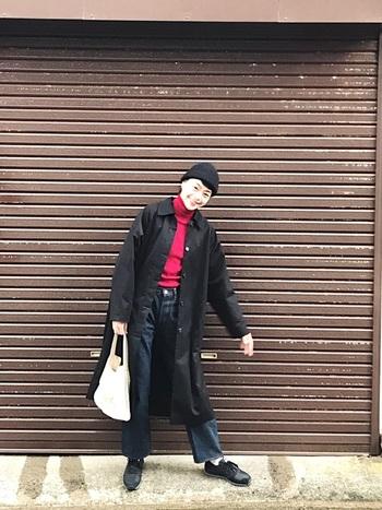 古い建物の中に、真っ赤なダブルデッカーと電話ボックスが目を引くロンドンの街。不思議とお洋服の挿し色も「赤」が気になります。  黒いコートにジーンズでも、赤のタートルネックを合わせて、脇役にならないロンドンガールコーデに。