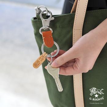 バックやベルトループに簡単に取り付けできるキーホルダー。ブランドロゴが刻印されたタグも素敵なアクセントですね。