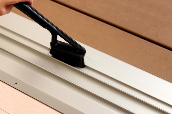 サッシの溝の汚れなどは、やはりシンプルなブラシが重宝します。汚れが固まって取りにくいときなどには、やかんで水を掛けながら掃除します。日頃からきれいにするのが一番ですので、近くの壁などにブラシを掛けておくのもアイデア。