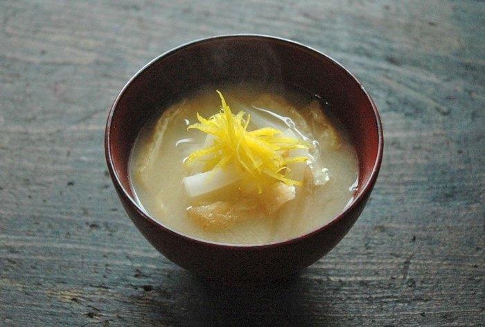 大根と油揚げという冬の定番お味噌汁ですが、トップに柚子の千切りを飾ることで上品なひと品に仕上がりました。おもてなしにも使えるお味噌汁ですね。