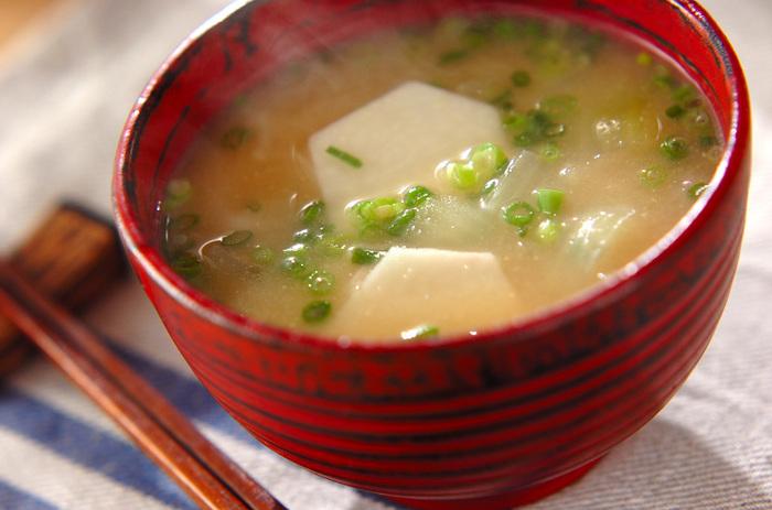 里いものやわらかくねっとりとした食感がたまらないお味噌汁です。刻みネギは煮立つ直前に入れるようにすると、色合いもくすまず、香りよく仕上がります。