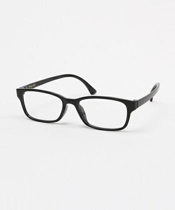 スクエアタイプの眼鏡は、素材やフレームの太さによっても受ける印象が大きく変わる眼鏡です。丸顔の人がスクエアタイプをチョイスするときは、眼鏡全体の幅に気を付けましょう。お顔を引き締めて見せてくれるサイズ感が大切です。