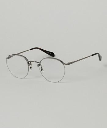ハーフリムタイプの眼鏡はフルリムよりもやわらかな印象を作ることができるので、三角のお顔にもよく似合います。下側にフレームがないので、視野が広くなるという機能的な面もあります。