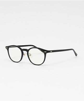 ボストンはウェリントンよりも丸みを帯びたレンズフレームのかたちが特徴的で、知的なイメージを作ることができます。面長の人は瞳の位置に注意して、似合う眼鏡を探すとよいでしょう。