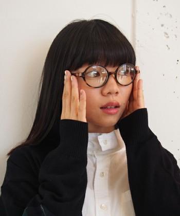 愛嬌のあるラウンドタイプのプラスチックフレームは、かけたり外したりして、その場に合わせて使いたくなる眼鏡です。