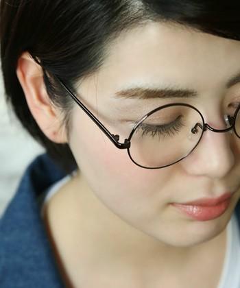 お顔のかたちによって、似合う眼鏡のかたちも変わってきます。黒目の位置が中央に来るようにかけてみて、少し離れたところから鏡をみてみましょう。全体を見たときに、バランスよく落ち着きのある雰囲気になるような眼鏡を選ぶといいですね。