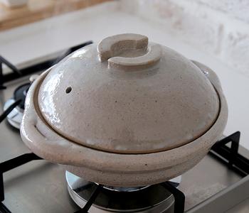 ぽってりとしたまさに土鍋!といったフォルムが可愛らしい伊賀 布袋鍋は、保温性に優れているのが特徴で、食材の美味しさを逃すことなくいただけます。石灰と黒飴の2色で、どちらも伊賀の土と釉薬にこだわっているからこその美しい艶が魅力です。お鍋だけでなく、ご飯も美味しく炊き上がります。