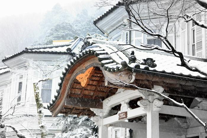 雪の降る箱根も美しいですね。箱根は観光地も多くまさに旅にホテル滞在にととても満足できる旅行スポットではないでしょうか。