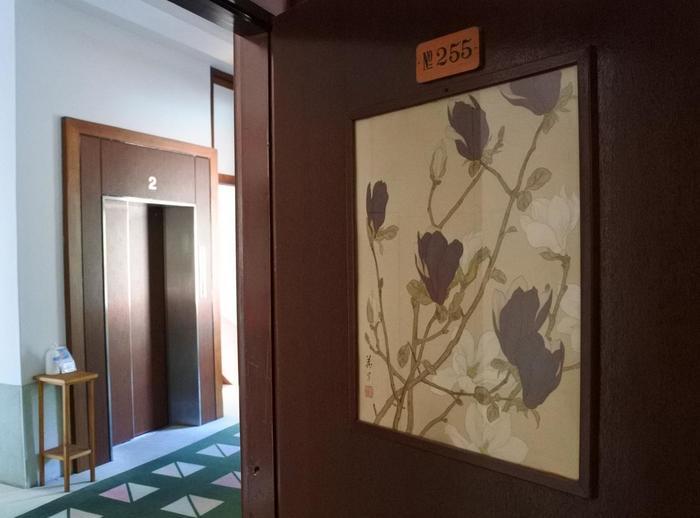 お部屋は『花御殿』と呼ばれる各部屋に花の名前がついたタイプが一番人気。ばら、すずらん、マグノリアなど花の名前と絵画が、ドア正面に部屋番号とともに付いており、各部屋の鍵、タイル、絵画などのパーツやインテリアが、そのお花の世界観で統一してコーディネートされていて素敵なんです。