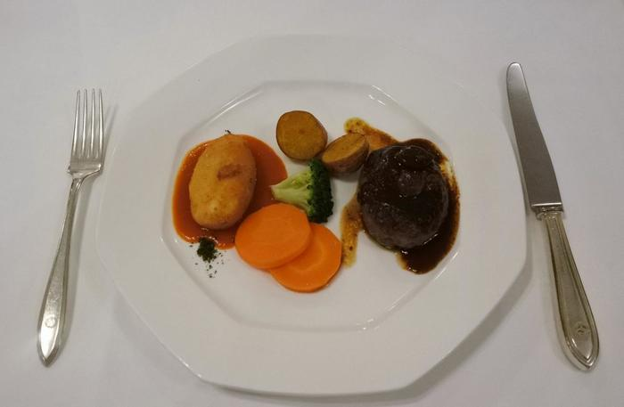 ホテルのレストラン、「グリル ウイステリア」では人気のハンバーグとカニクリームコロッケがセットになった垂涎のメニューも。