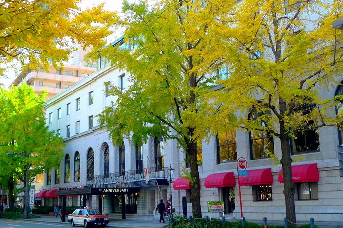 赤いアーケードが目印の「ホテルニューグランド」は1927年創業の横浜にあるホテルです。目の前が山下公園、中華街も徒歩圏内にあり、活気づいた都会の雰囲気とのんびりとしたリゾート地の空気感が両方楽しめる立地です。