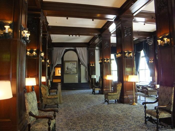 ホテルの顔とも言えるロビーは歴史を感じられる重厚感のあるインテリアです。港が見えるソファー席でゆっくりとした時間を過ごすのも◎