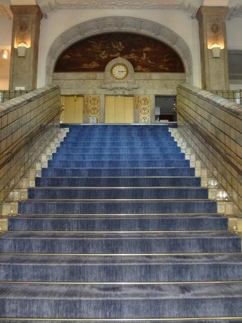 1階から2階のブルーが美しい絨毯の大階段はシンボル的存在。ウェディングではここの階段で写真を撮るとウェディングドレスがとても映えると評判の撮影スポットのようです。