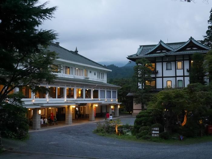 「日光金谷ホテル」は1873年創業の現存する日本最古のリゾートクラシックホテルとも言われており、建物は文化財にも指定されている由緒正しきホテルです。浅草や池袋から東武線・JRが乗り入れており、東京の浅草からはおよそ2時間ほどで到着し、東武日光駅からはホテル直行のシャトルバスも出ています。