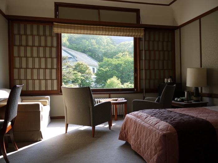お部屋も和と洋の両方がミックスされ居心地のよい滞在が叶います。窓からは美しい自然を楽しめます。日光は紅葉も有名ですが窓から独り占めできるなんて贅沢!