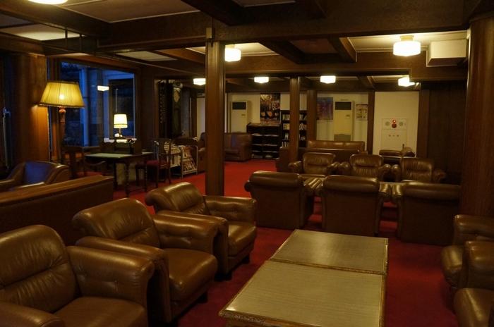 ロビーには革張りのソファーがずらっと並んでおり重厚感ただよう雰囲気です。希望者は宿泊者限定の館内ツアーにも参加でき、ホテルの歴史をより詳しく知ることができます。