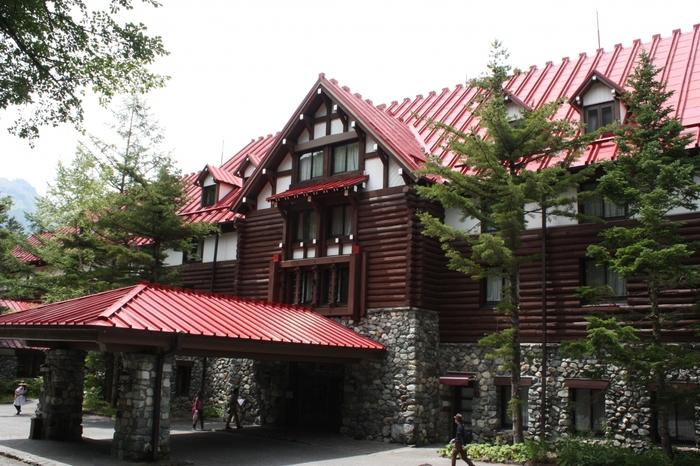 まるで外国のロッジのような佇まいの「上高地帝国ホテル」は1933年に創業。山の上にある日本初のリゾートホテルとして開業しました。アクセスは今までご紹介したクラシックホテルと比べるとちょっと行きにくいところにあるのですが営業期間も期間限定と特別感はたっぷりです。