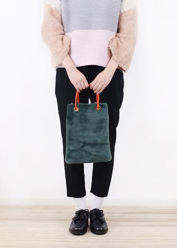 ハンドバッグにもショルダーにもなる2wayバッグは使い勝手も抜群です。こちらは、持ち手にパラコードが編み込まれていたり、裏地が素敵だったり。とてもデティールの凝ったデザイン。個性的なアイテムは、それだけで着こなしに華を添えてくれます。