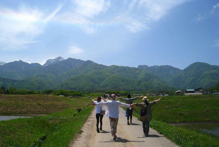 """美しい山岳景観が広がる自然豊かな土地で2010年9月に、""""田畑を暮らしの中心に置き、持続可能な手作りの暮らしを大勢の仲間とともに作っていこう""""という思いから、自然循環型のオーガニックファーム「ぴたらファーム」がスタートしました。"""