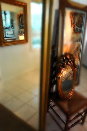 大きな鏡は、大人の女性の部屋のマストアイテム。「今」の自分をきちんと知る手助けをしてくれます。毎日ちゃんと鏡をみるだけでもスタイルアップ効果があるとか。