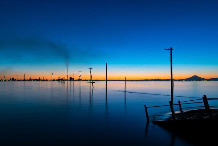 潮干狩りでも有名な、千葉県木更津(きさらづ)市にある「江川海岸(えがわかいがん)」。オレンジからブルーに変わる空と、静かにそれを映す海が幻想的。日の出や日没のタイミングの絶景を狙って訪れる人が多いそう。