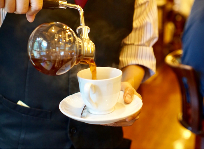 創業1969年の「和蘭豆」のレトロな雰囲気の店内では、サイフォンから目の前でコーヒーを注いでくれます。オリジナルブレンドは酸味とコクがちょうどよく、味わい深い一杯を頂くことができます。