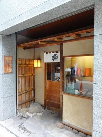 明治24年創業で、東京のかりんとうの御三家と言われている「たちばな」は、まるで小料理屋や、お寿司屋さんのような凛とした佇まいが印象的。