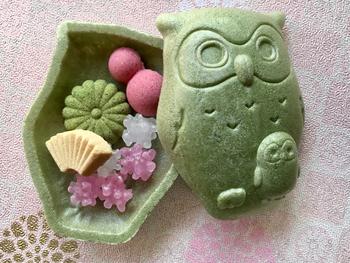 しかも中の小さなフクロウのその中に、また粋な計らいが!「菊廼舎」には、冨貴寄の他にも揚げまんじゅうや季節の和菓子などがありますよ。