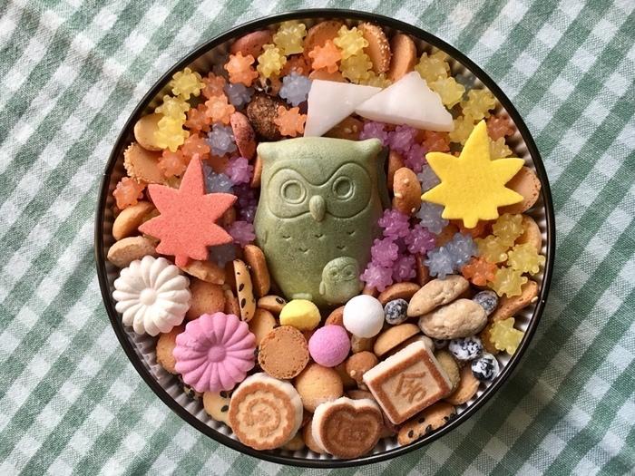 見てください、この溜息ものの美しさ!これは冨貴寄(ふきよせ)という干菓子なんです。季節毎に出る限定品で、金平糖がまるで星の様にキラキラしており、季節のストーリー性を感じることができる、とても手の込んだ粋な計らいと演出が施された逸品です。