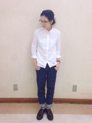 白シャツとデニムという定番の組み合わせですが、眼鏡をアレンジすることでカジュアルなカッコよさが生まれました。シャツの襟もとに眼鏡をかけるスタイリングでアレンジもできます。