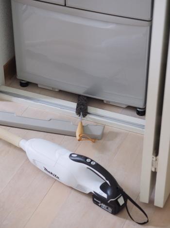 掃除したくてもなかなか掃除道具が入らない冷蔵庫の下。そんな隙間にスッと入って汚れを取ってくれる、ドイツの「REDECKER(レデッカー)」の隙間ブラシ。家中のあちこちの隙間で大活躍してくれる優れものです。