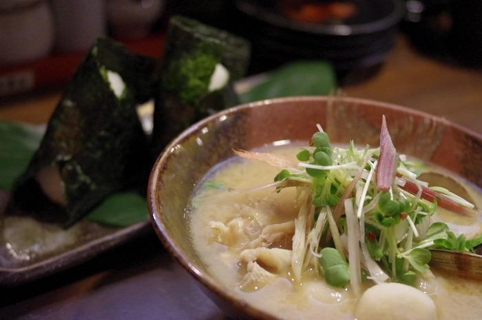 貝や豚肉などたんぱく質をプラスすると食べごたえもあり、栄養価もアップします。おにぎりと具沢山お味噌汁だけでも満足感の高いお食事にすることができます。