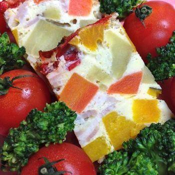 野菜は圧力鍋であらかじめ蒸しているので、素材の甘味が引き出されています。 トマトやパセリと一緒に盛り付ければ、食卓も明るくなりそうですね。